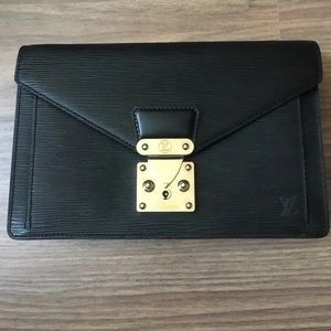 🔥💯 % authentic Louis Vuitton EPI Clutch